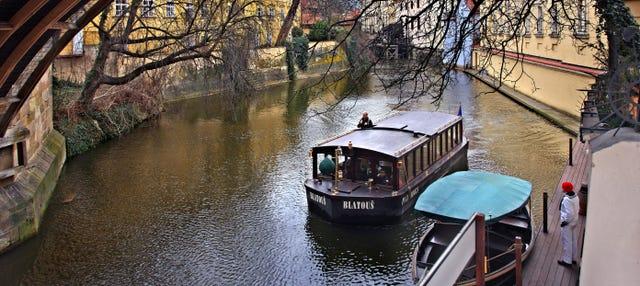 Passeio de barco + Museu da Ponte Carlos