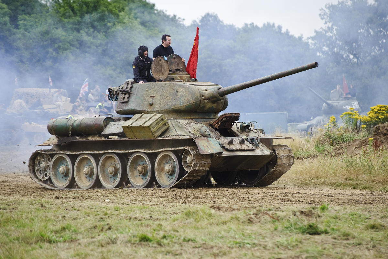Conducci n de tanques rusos en mosc reserva en for Criadero de cachamas en tanques