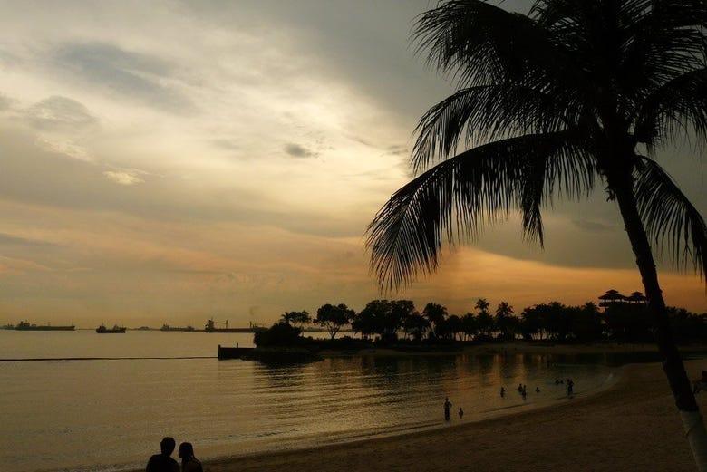 Una de las playas de Singapur al atardecer