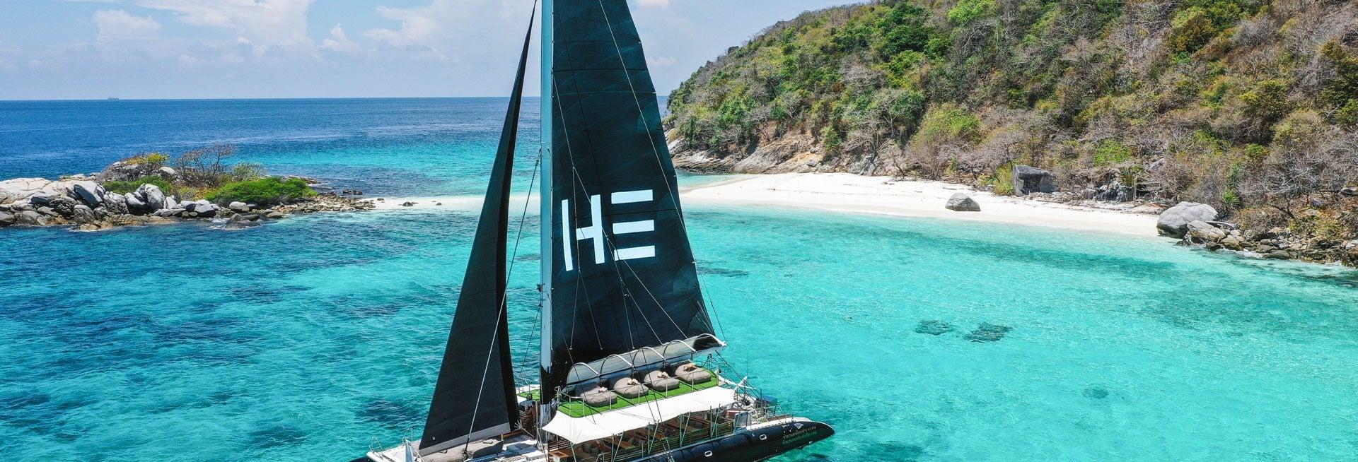 Excursión a Coral Island y Racha Yai en catamarán de lujo