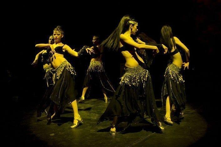 espectáculo en vivo bailando
