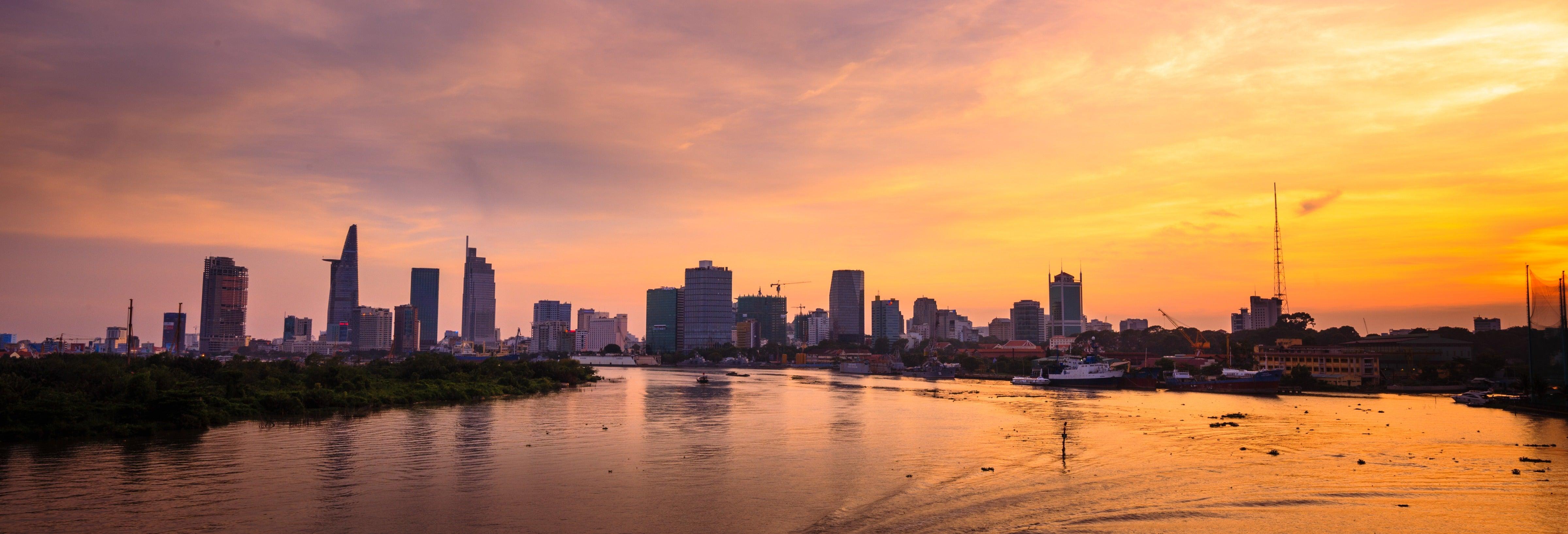Crociera sul fiume Saigon al tramonto