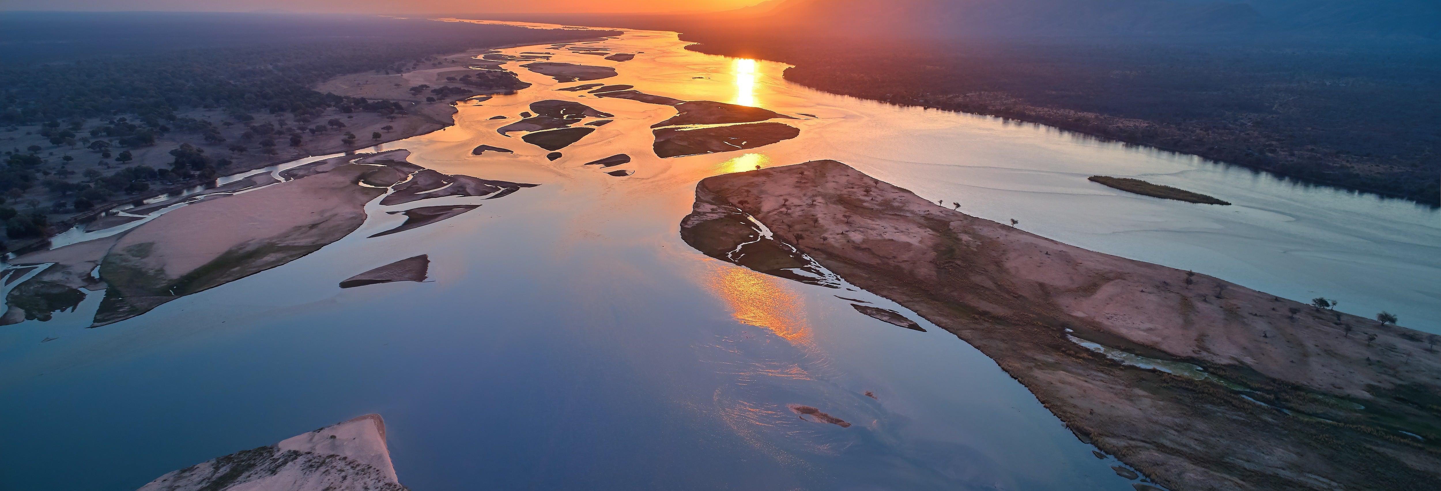 Passeio de barco ao entardecer pelo rio Zambezi